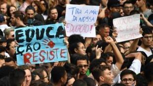 Des personnes manifestent lors d'une grève organisée par l'Union nationale des étudiants (UNE) à São Paulo, au Brésil, le 15 mai 2019.