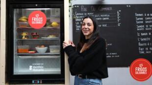 Le frigo solidaire devant « La cantine du 18 », restaurant de Dounia Mebtoul.