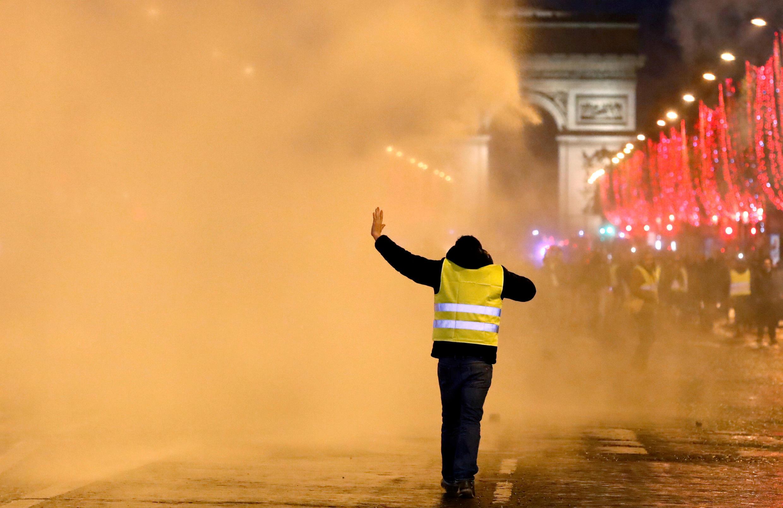 Một người biểu tình Áo Vàng trên đại lộ Champs-Elysées, gần Khải Hoàn Môn, Paris, ngày 22/12/2018.