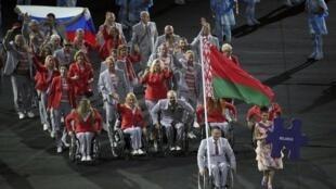 Белорусская делегация пронесла российский флаг во время открытия Паралимпийских игр в Бразилии, 7 сентября 2016.