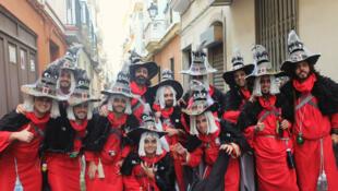 La chirigota de «Los Brujeriejos», moitié Don Juan, moitié sorcier, dans les rues du quartier populaire du Palillero à Cadix.