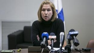 La ministra de Justicia saliente de Israel, Tzipi Livni, formula declaraciones a la prensa antes del voto de disolución de la Knesset, el parlamento israelí, Jerusalén, 3 de diciembre de 2014.