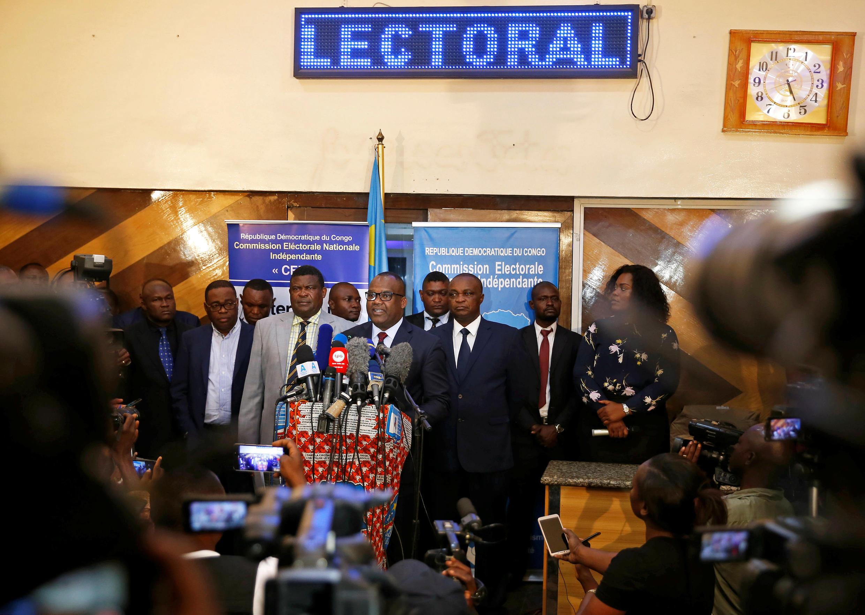 Mwenyeiti wa Tume ya Uchaguzi  Corneille Nangaa katika mkutano uliopita, akitangaza kuahirishwa kwa Uchaguzi Mkuu hadi tarehe 30 mwezi Desemba