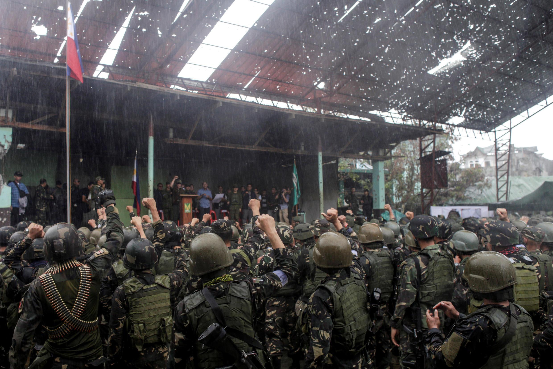 Les troupes philippines autour du président Duterte. Marawi, le 17 octobre 2017.