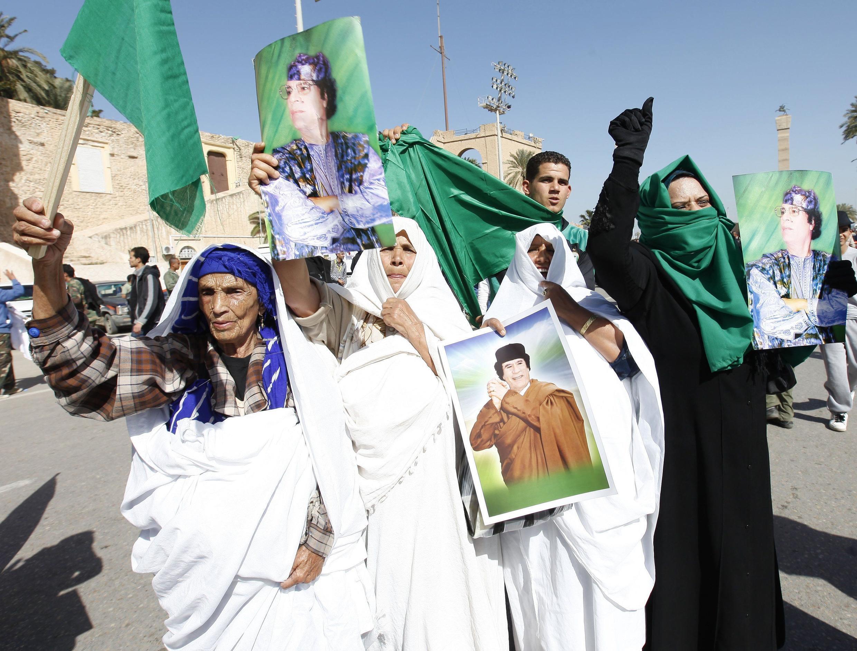 Manifestantes pro gubernamentales salen al paso de la oposición en Trípoli.