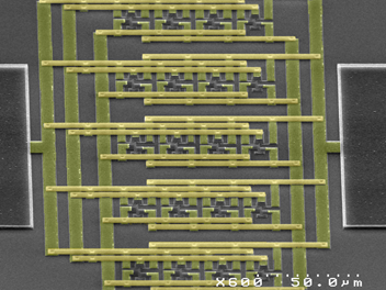 """Nanobáscula compuesta por nanoresonadores, unas """"cuerdas"""" que van a modificar su vibración al encontrarse con una nanopartícula."""