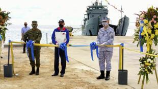 Bộ trưởng Quốc Phòng Philippines, Delfin Lorenzana (giữa), cắt băng khánh thành công trình bến tàu trên đảo Thị Tứ, ngày 09/06/2020.