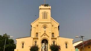 La basilique Notre-Dame de la Délivrance de Popenguine à Sénégal fait l'objet d'une campagne de dons pour sa restauration.