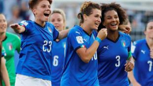 L'équipe italienne, heureuse après leur victoire face à la Chine, pour la Coupe du monde de football féminine, le 25 juin 2019.