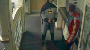 Homem vestido de Batman traz suspeito por roubo à polícia