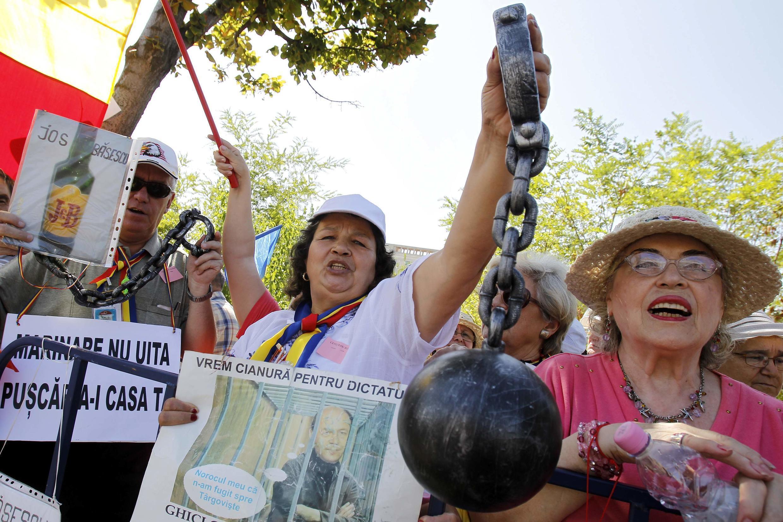 Des opposants au président Basescu ont manifesté devant la Cour constitutionnelle, ce 21 août 2012.
