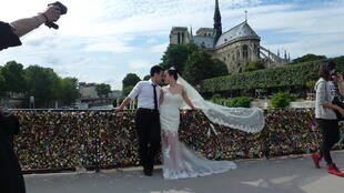 Пара молодоженов на мосту Архиепархии (Pont de l'Archevêché), Париж, 1 июля 2013 года