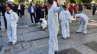 کارشناسان ویژه، پس از انفجار انتحاری تروریسنی، در حال تحقیق و بررسی هستند-تونس دوشنبه ۲۹ اکتبر.