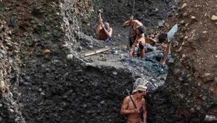 Khai thác ngọc tại mỏ Hpakant-bang Kachin-Miến Điện.Ảnh 2013.