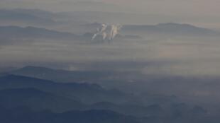 北京郊區一家企業煙囪釋放煙霧 1月8日飛機上遠眺圖