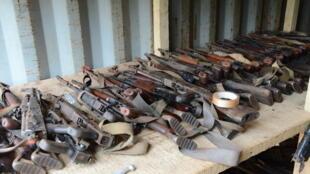 Des armes lors d'une opération de destruction d'armes menée par la force Sangaris en RCA, en 2014 (image d'archives).