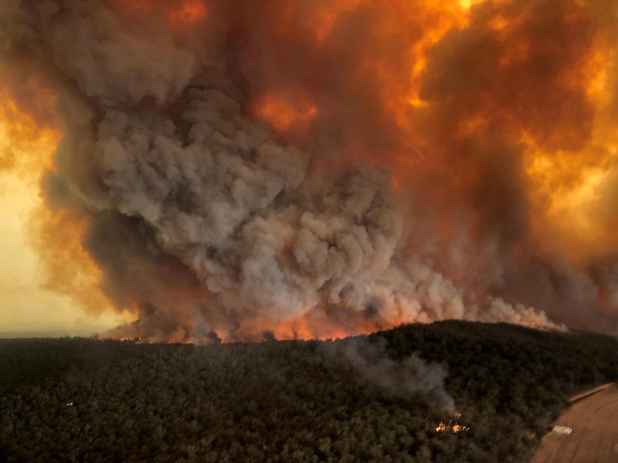 Nuvens de fumo em incêndios australianos.