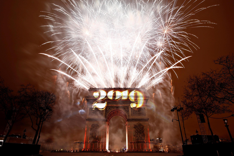 Espetáculo de fogos de artifício no Arco do Triunfo reuniu 250 mil pessoas na avenida Champs Élysées, cartão postal de Paris.