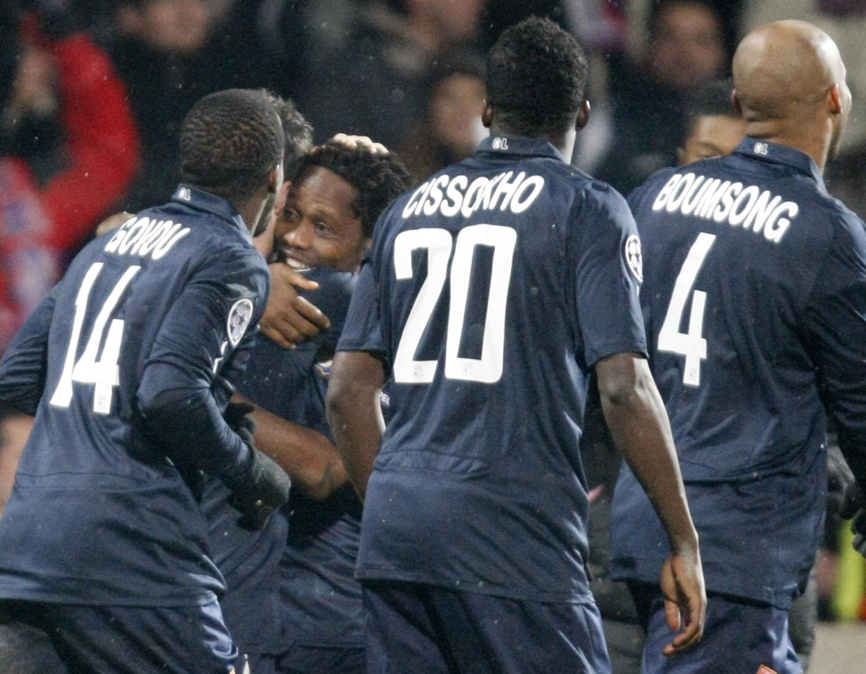 La joie de Jean II Makoun félicité par les Lyonnais.