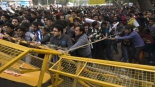 Manifestações tomaram as ruas de Nova Délhi enquanto a jovem que morreu em decorrência de um estupro coletivo era cremada na capital.
