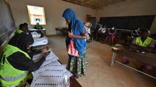 Une femme votant à Niamey, le 27 décembre 2020.