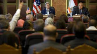 El Secretario de Estado John Kerry y el canciller egipcio durante su conferencia de prensa conjunta en El Cairo, 2 de agosto de 2015.
