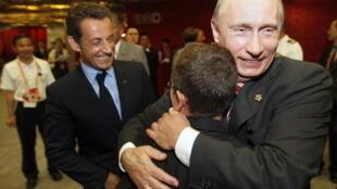Архивное фото. Владимир Путин обнимает сына Николя Саркози. Пекин. 08.08.2008