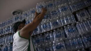 L'eau potable est contaminé à Rio de Janeiro. Les supermarchés sont dévalisés par les Cariocas.