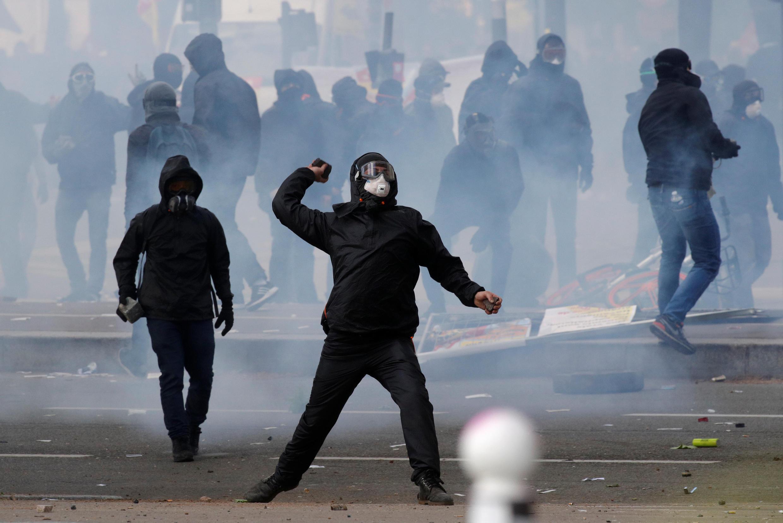 Manifestantes jogaram pedras, garrafas e rojões contra a polícia.