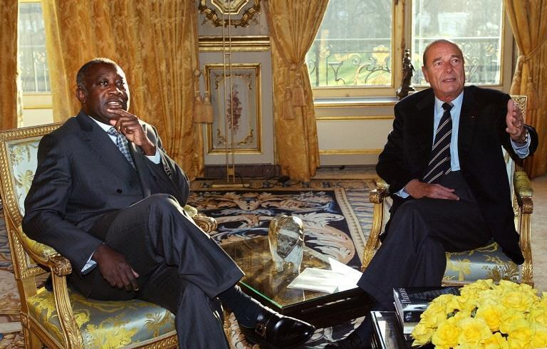 Laurent Gbagbo et Jacques Chirac au moment de la signature des accords de Marcoussis en France, le 24 janvier 2003 à l'Elysée