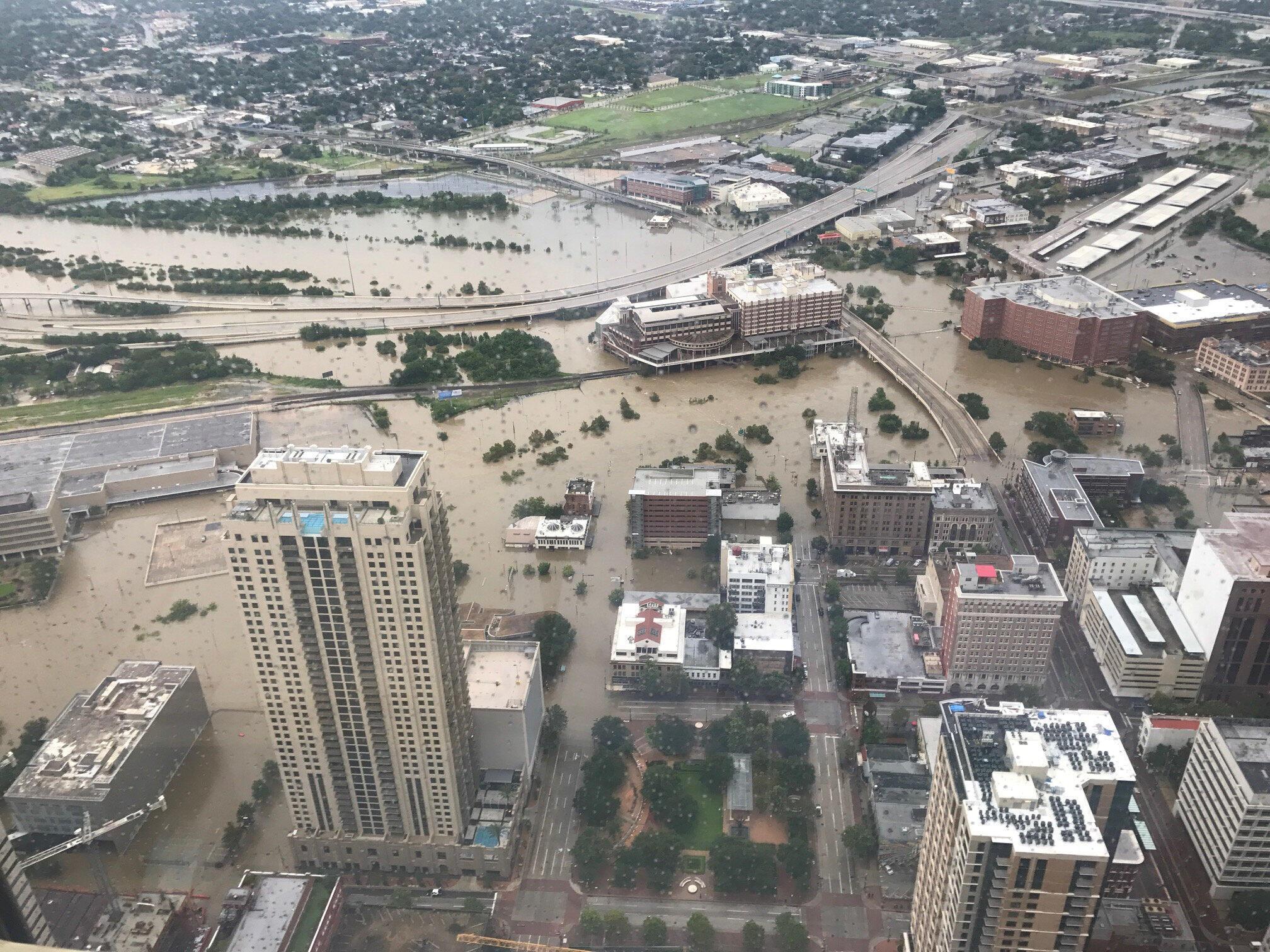Vue aérienne d'une partie de la ville de Houston, sous les eaux, le 27 août 2017.