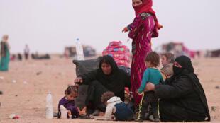 Wakimbizi raia wa Syria na Iraq wakiwa wanalindwa na wanajeshi wa Serikali baada ya kuwakimbia wapiganaji wa ISIL, October 28, 2016.
