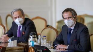 Tổng giám đốc Cơ Quan Năng Lượng Nguyên Tử Quốc Tế -AIEA, Rafael Grossi (P) hội đàm với ngoại trưởng Iran avad Zarif , tại Teheran, Iran, ngày 21/02/2021.