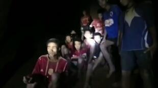 As doze crianças e o treinador presos numa gruta na Tailândia