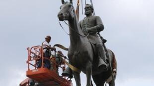 Des ouvriers retirent la statue du général confédéré Stonewall Jackson à Richmond le 1er juillet 2020.