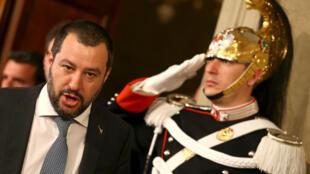 El líder del partido de la Liga, Matteo Salvini, se va después de una reunión con el presidente italiano Sergio Mattarella durante el segundo día de consultas en el Palacio Quirinal en Roma.