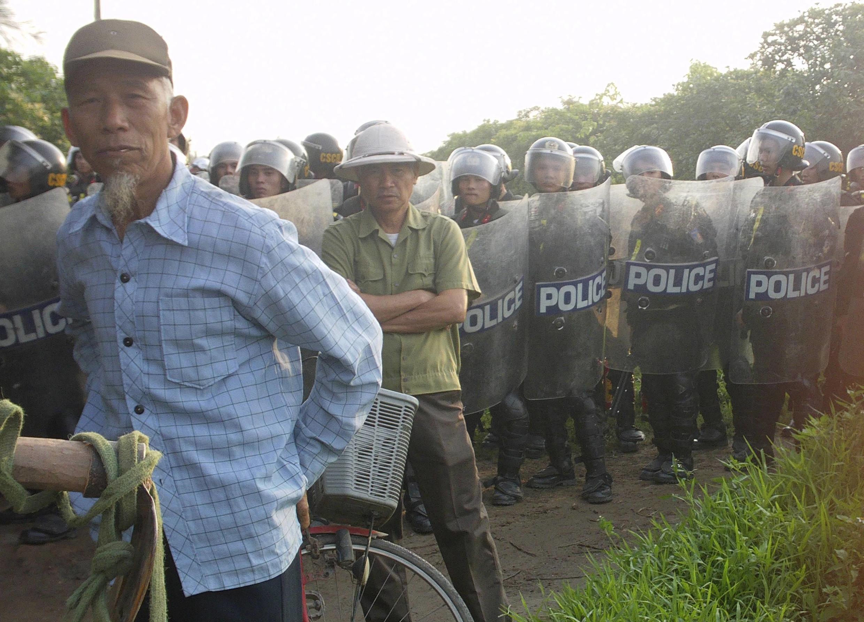 Cảnh sát cơ động tham gia cưỡng chế thu hồi đất tại Văn Giang, Hưng Yên ngày 24/04/2012.