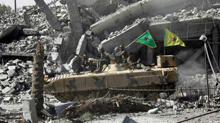 Char des Forces démocratiques syriennes au milieu des ruines de Raqqa, mardi 17 octobre: la reconstruction de la ville sera compliquée.