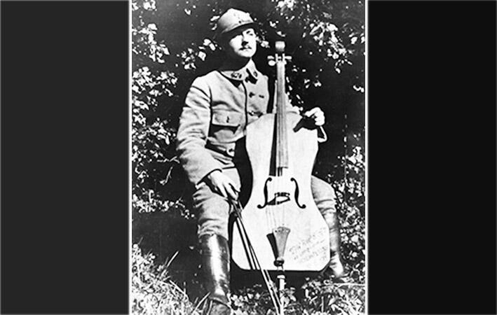 Maurice Maréchal au front avec son violoncelle de campagne.
