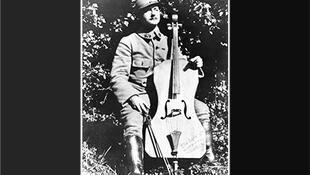 Maurice Maréchal  en el frente de batalla con su violoncelo.