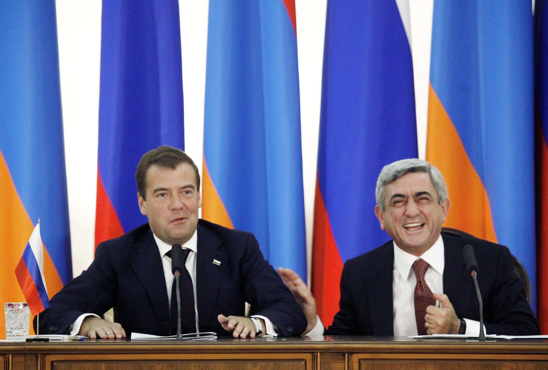 Президенты России и Армении Д.Медведев и С.Саргсян ожидают начало церемонии подписания двусторонних соглашений в Ереване 20 августа 2010