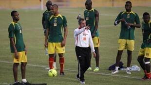 Alain Giresse au milieu des joueurs maliens.