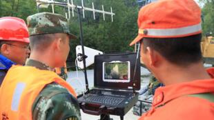 Lính cứu hộ Trung Quốc sử dụng một chiếc drone thu hình ảnh thiệt hai sau vụ động đất ở Tứ Xuyên. Ảnh ngày 09/08/2017.