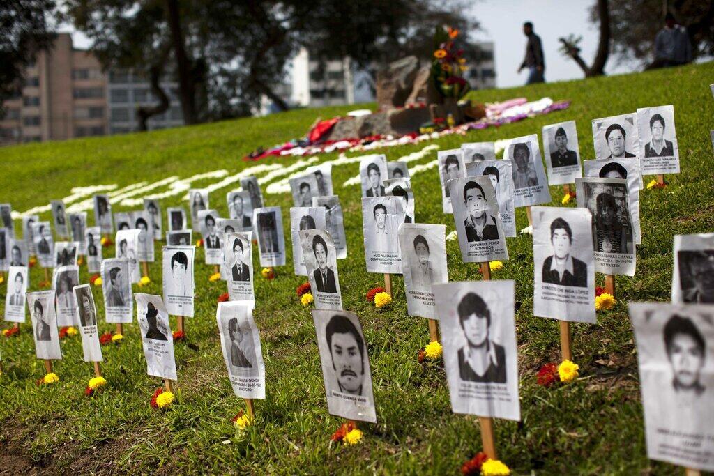 """Retratos de personas desaparecidas durante los 20 años de conflicto civil en Perú en el césped del memorial """"Ojo que Llora"""" en Lima, Perú, el sábado 24 de agosto de 2013."""