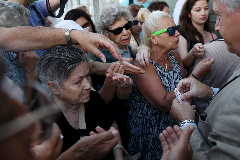 Aposentados fazem fila para sacar dinheiro no National Bank, em Atenas, nesta segunda-feira, 13 de julho.