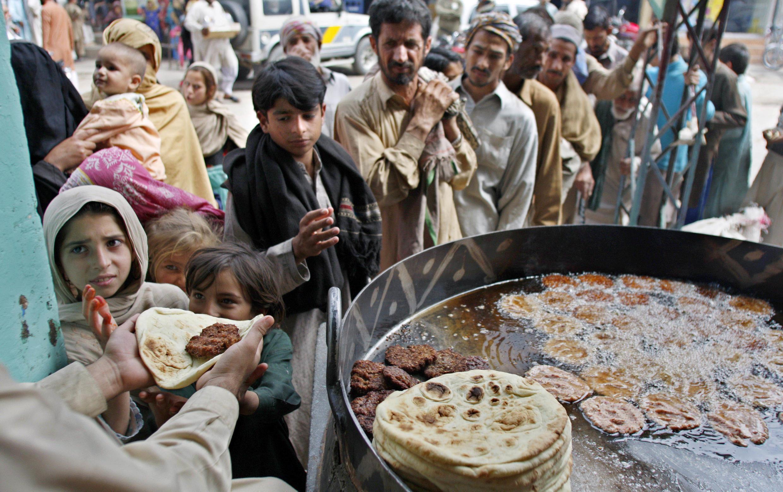 El Programa Mundial de Alimentos (PMA) es la principal organización humanitaria especializada en el combate contra el hambre. Aquí, un reparto de comida entre la población pobre de Rawalpindi, Pakistán (2008).
