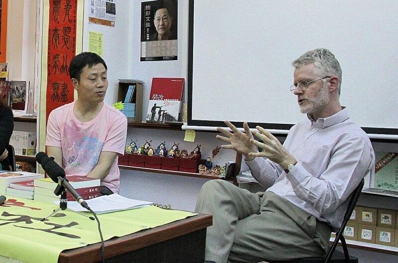 """纪录片《小鬼头上的女人》导演杜斌(左)与人权组织""""对话基金会""""研究室主任罗助华2013年4月28日在香港出席《小鬼头上的女人》预映会。"""