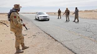 Point de contrôle routier à l'ouest de Syrte, en Libye, le 23 février 2016.