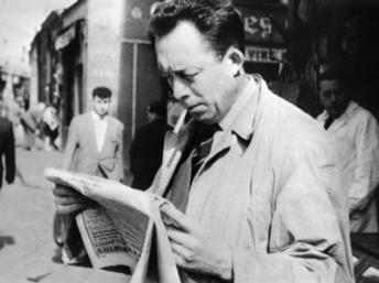 O escritor Albert Camus também era famoso por sua imagem, sempre com uma capa e um cigarro no canto da boca.