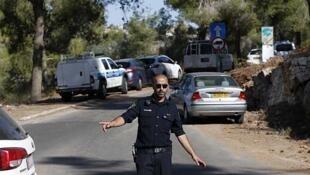 Un policía israelí frente al área donde fue encontrado el joven palestino sin vida, el 2 de julio de 2014.